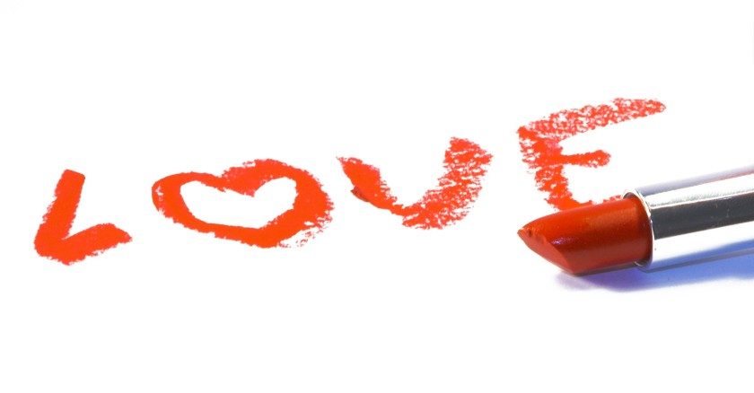 lipstick-love-2738x1428-wallpaper