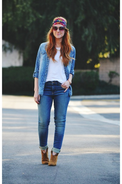 tawny-boots-blue-jeans-blue-denim-shirt-hot-pink-scarf-white-t-shirt_400